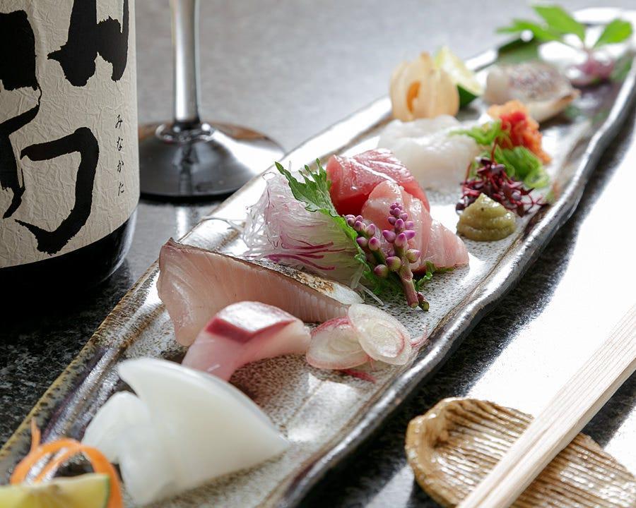 舞鶴漁港を中心に全国の天然魚介類を使用したお造り6種盛り。