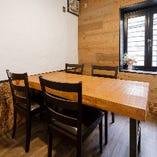 2階テーブル席は4名・4名・6名席の3テーブル。繋げてご利用も可能です