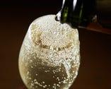 贅沢にあふれこぼれるスパークリングワインを堪能してください!