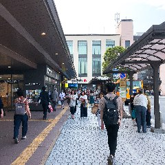 JR鎌倉駅【東口】の 改札を背にして スタートです。