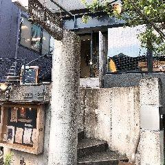 右手のこちら建物2階が当店、 「マッチポイント」です! ご来店、誠に有難うございます! いらっしゃいませ!
