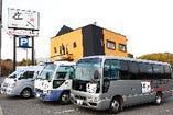 無料送迎バスをご用意いたします。駐車場は本店と共通です。