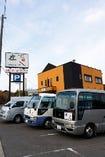 無料送迎バスもご用意。駐車場は本店共通です。