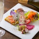 まずはテーブルを彩る前菜盛り合わせ5種1,400円がおすすめ!