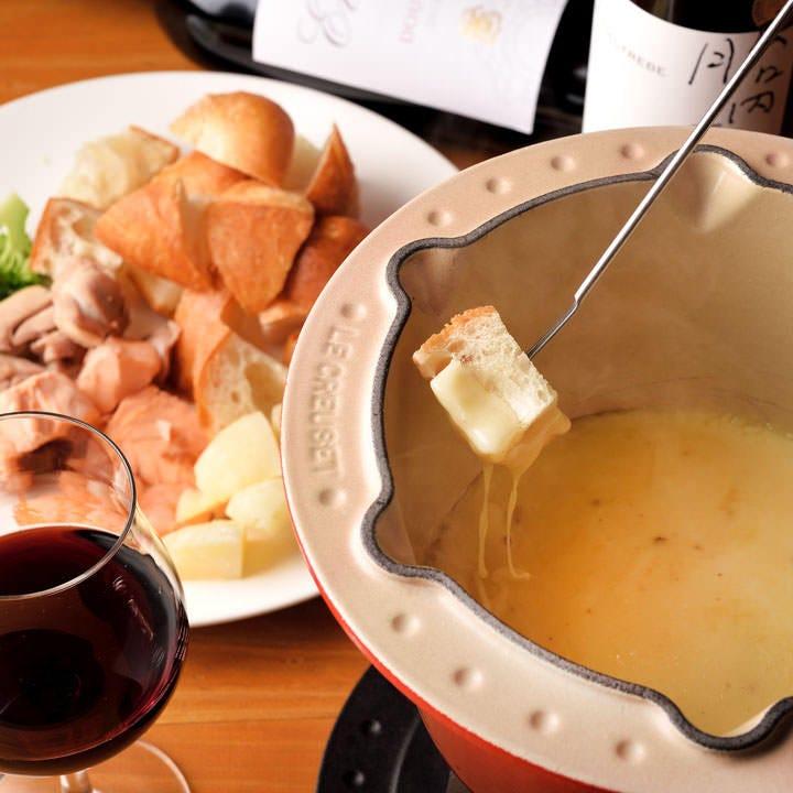 一番人気のチーズフォンデュはコクがありワインにピッタリ◎