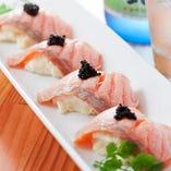 見た目はお寿司ですが、 サーモンの下には…是非お試し下さい!