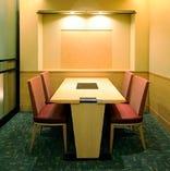 4名様までご利用いただけるテーブルタイプの半個室。