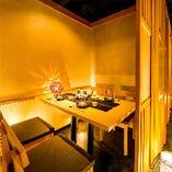 和の落ち着いた雰囲気の個室席。扉付でプライベートを守ります。