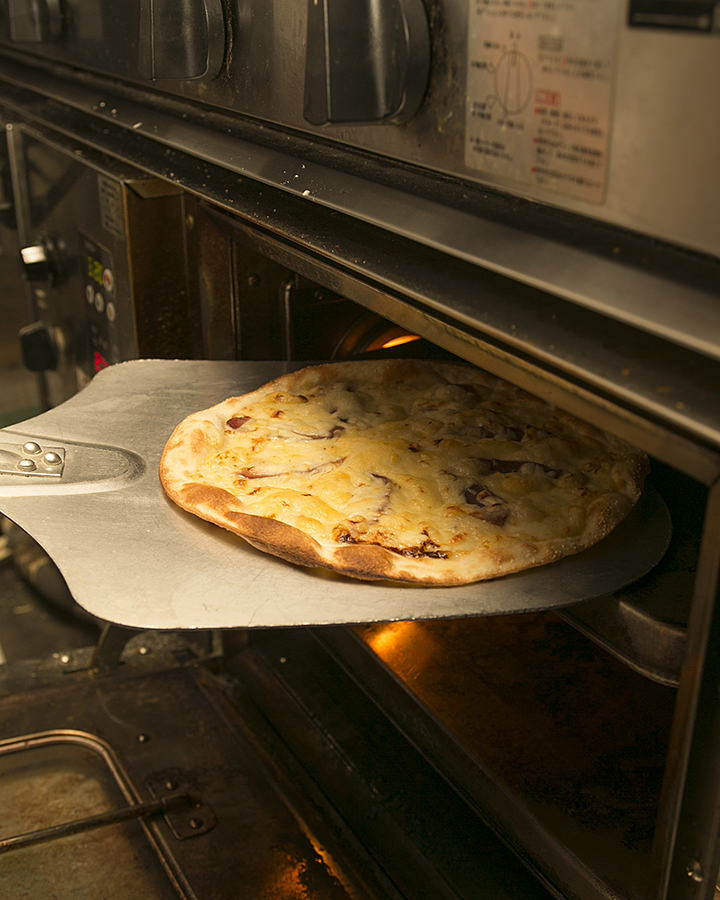 ピザはクリスピータイプ 軽い食感でおつまみにも◎