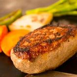 鉄板焼き→蒸し焼きの二度焼きも美味しさの秘訣。