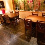 中国の装飾が鮮やかなテーブル席