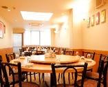 ゆったり座れる2F円卓テーブル席 は最大55名様まで可。