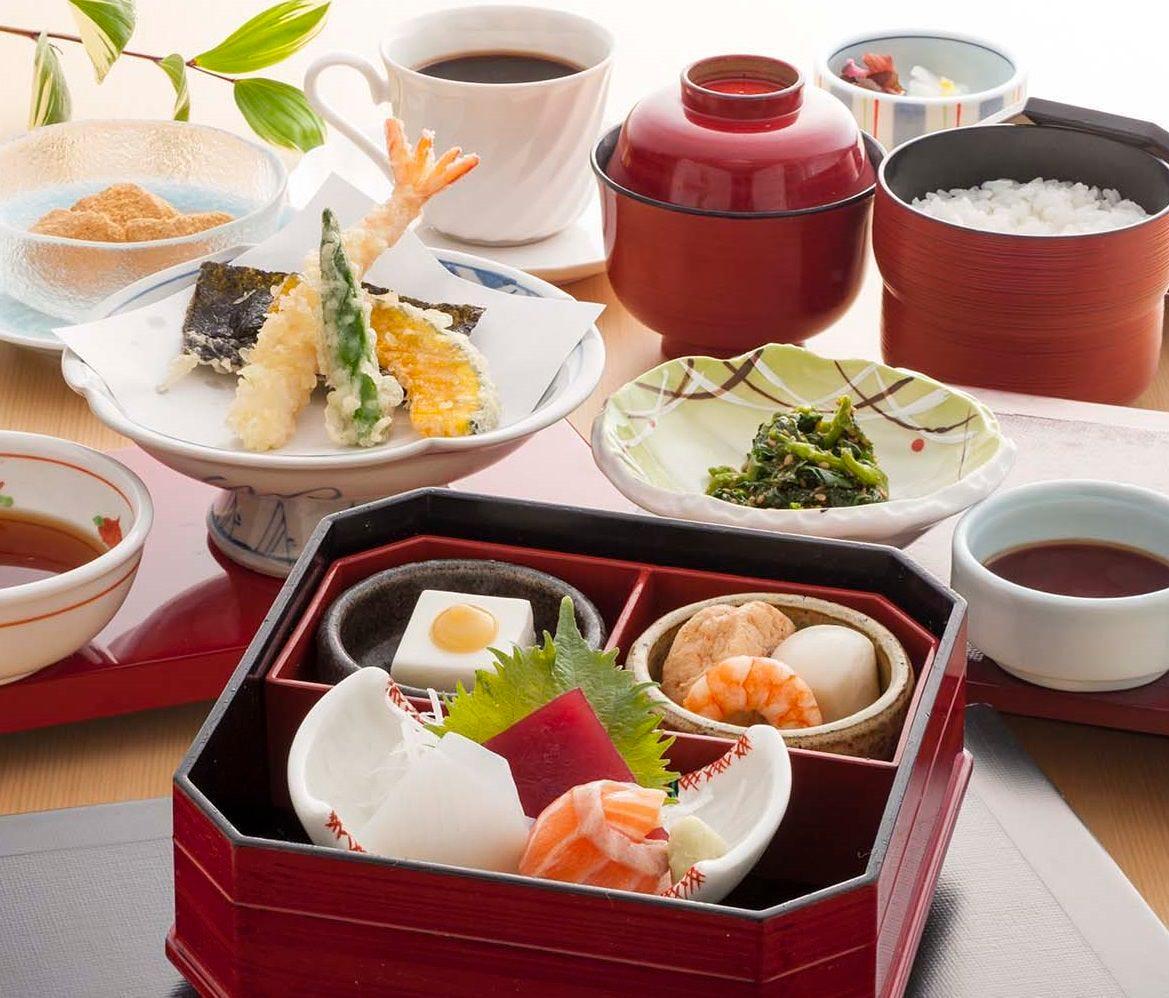 人気のおたふく弁当でお造りや天ぷらなど和食の定番料理を満喫