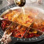 一度しか使わない最上級の牛脂、四川特産の山椒、唐辛子等で調味した九宮格鍋