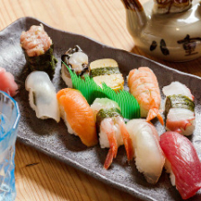 近海で獲れた新鮮魚介類の寿司!