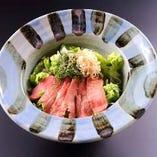牛タンのタタキと香り野菜のサラダ