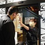 1)インターホン後にスタッフがお出迎えし   入店前(外)に検温をいたします