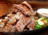ブラックアンガス牛のステーキは人気メニューの一つ!