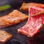 陶板焼きは黒毛和牛もご用意しております。