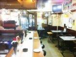 テーブル&カウンター席の店内 お一人様から大人数まで大歓迎。