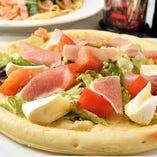 生ハムとカマンベールのサラダピザ