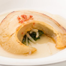 フカヒレ姿の香ばしい煎り焼き、金華ハムのソース。春雷オコゲ添え