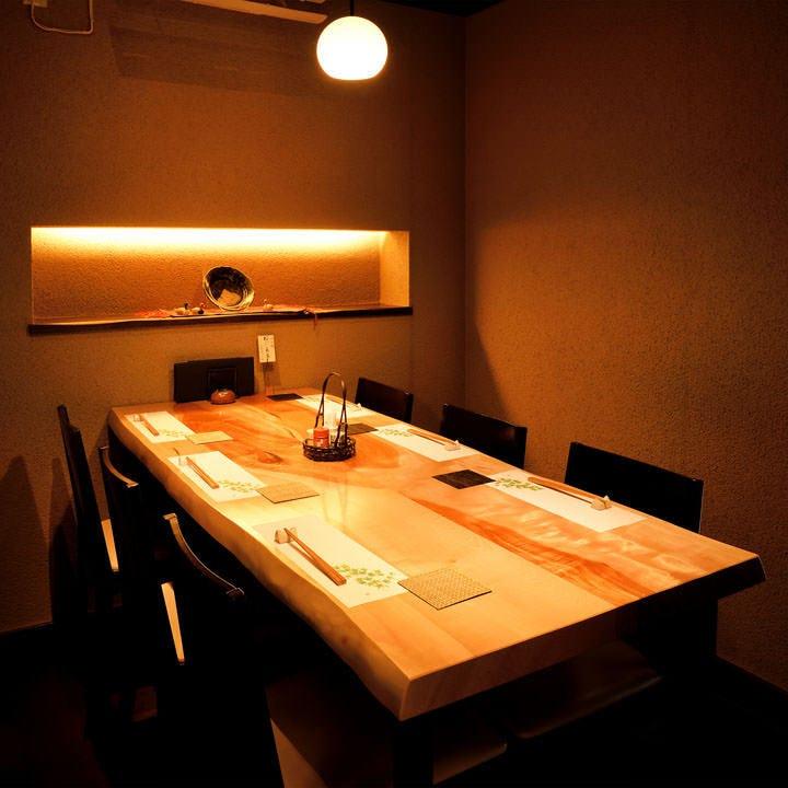 落ち着いて食事を楽しめる上質な空間でじっくりとご堪能ください