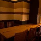 暖簾で仕切られた半個室二つ、完全個室一つをご用意。