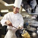 〈 中国料理長 末川和徳 〉広東、上海、四川、北京の4つの料理法をベースに、自由な発想で作りあげる新感覚の中国料理「ヌーベルシノワ」。フレンチを思わせる美しい盛り付けで、お客様に感動と笑顔をご提供します。