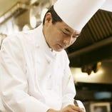 〈 総料理長兼フランス料理長 高橋 毅 〉1958年福岡県生まれ。世界料理オリンピックで日本チームの主将を務め銀メダル獲得(2000年)や、福岡市より『博多マイスター』の認定(2016年)など、数々の受賞歴がある。
