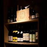 ワインや日本酒を最適な状態で味わえるセラーを完備しています
