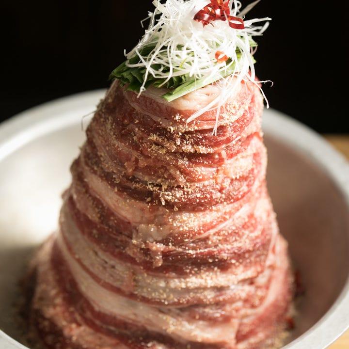 そびえ立つ肉のタワーが圧倒的な存在感!新鍋『牛の肉富士』