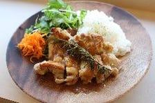 ハーブチキンのコンフィ 洋ナシとバルサミコソース(肉料理)
