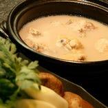2日間かけてじっくり仕込む濃厚な白濁スープをお愉しみ下さい。 ≪博多水炊き≫