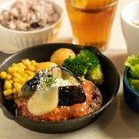4月LUNCHSET「揚げ茄子とチーズのトマトソース」ハンバーグ