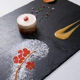 黒いスレート皿をキャンバスに見立て、色とりどりの食材やソースでシェフが表現する、四季折々の季節感。