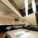 開放的な1階テーブル席は、最大20名様の貸切でもご利用可能です