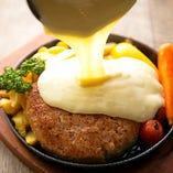 1ポンド!!塊肉ハンバーグの熱々鉄板チーズがけ