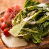 ロメインレタスの削りすぎ炭焼きシーザーサラダ