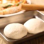 毎日仕込む自家製生地のピザ!ご注文の後に伸ばしますよ!