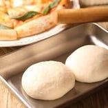 料理の一番人気は毎日生地から作る自家製ピッツァ! 表面はサクッと中はもっちり、ボリュームも◎