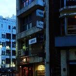 飲食店がひしめく新宿三丁目。知っていると鼻高々な隠れ家