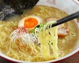 鶏がらと香味野菜でじっくり作るシャープなスープ!鶏ラーメンは〆に