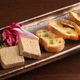 自家製鶏レバーパテ。ワインにも日本酒にも合うようにこだわりの手作り!!軽くトーストしたバゲットにのせて召し上がれ!!