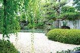 どのお部屋からも中庭の景色が見える、四季折々の風景を眺めながらお食事をお楽しみください。