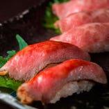 レアな肉本来の旨味を残す炙りやローストビーフの米沢牛握り寿司