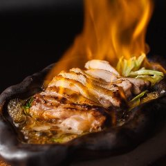【鶏もも肉 とりひめ焼き】炎と歓声が上がる当店人気ナンバーワンメニュー