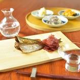 酒器や器にも拘り、厳選したその時季の料理に合うお酒をご用意。