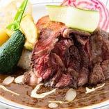 ガッツリお肉メニューも豊富にご用意。