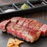 九州の黒毛和牛は鉄板で芳醇な薫りをまとわせて、焼き上げます